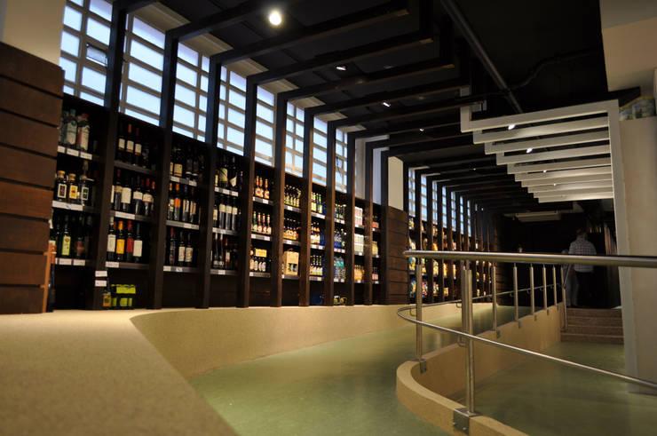 """Supermercado Ecológico """"La Aldea Biomarket"""": Espacios comerciales de estilo  de Intra Arquitectos"""