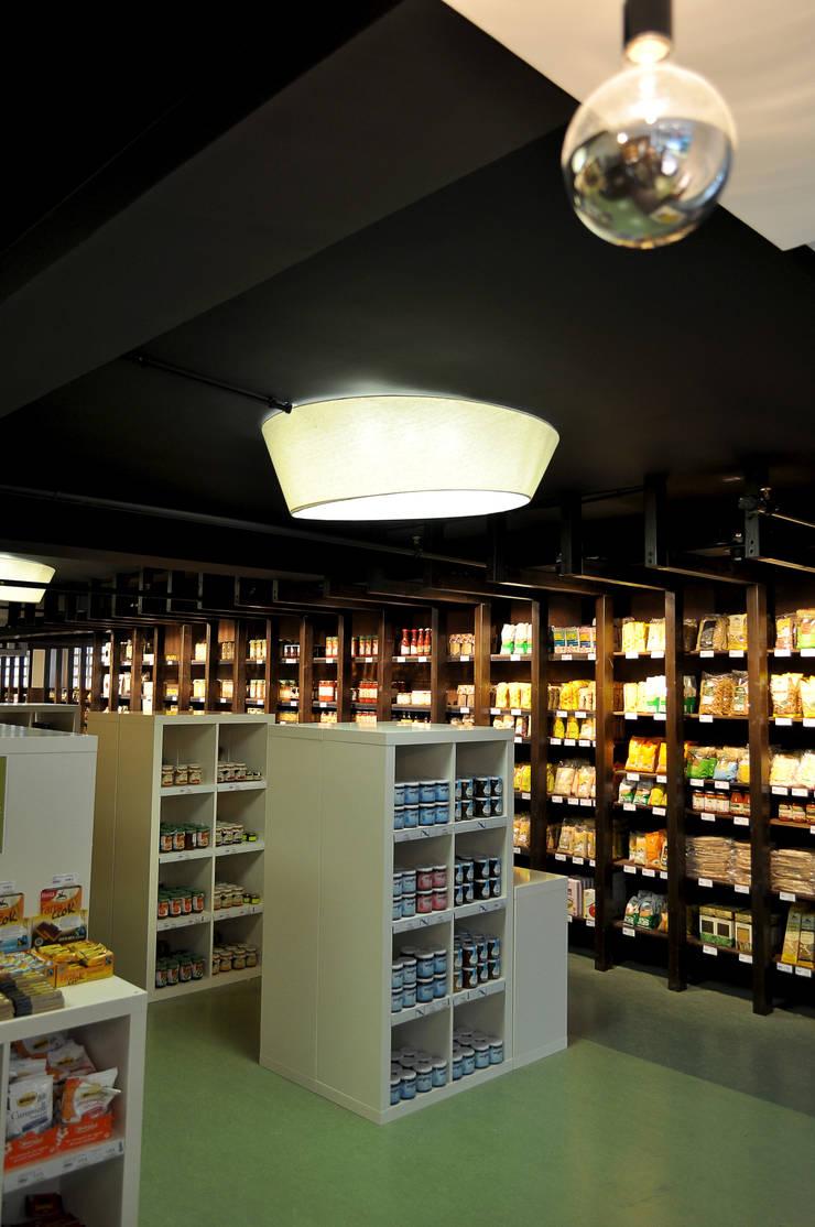 Supermercado Ecológico <q>La Aldea Biomarket</q>: Espacios comerciales de estilo  de Intra Arquitectos