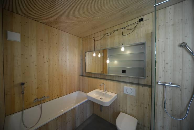 Mehrfamilienhaus in Bern:Totalsanierung und Erweiterung:  Badezimmer von Quadrat AG