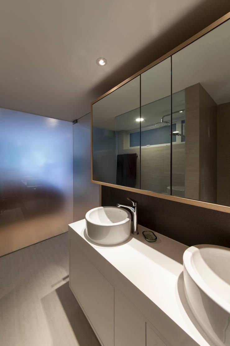 MJ's RESIDENCE:  Bathroom by arctitudesign, Minimalist