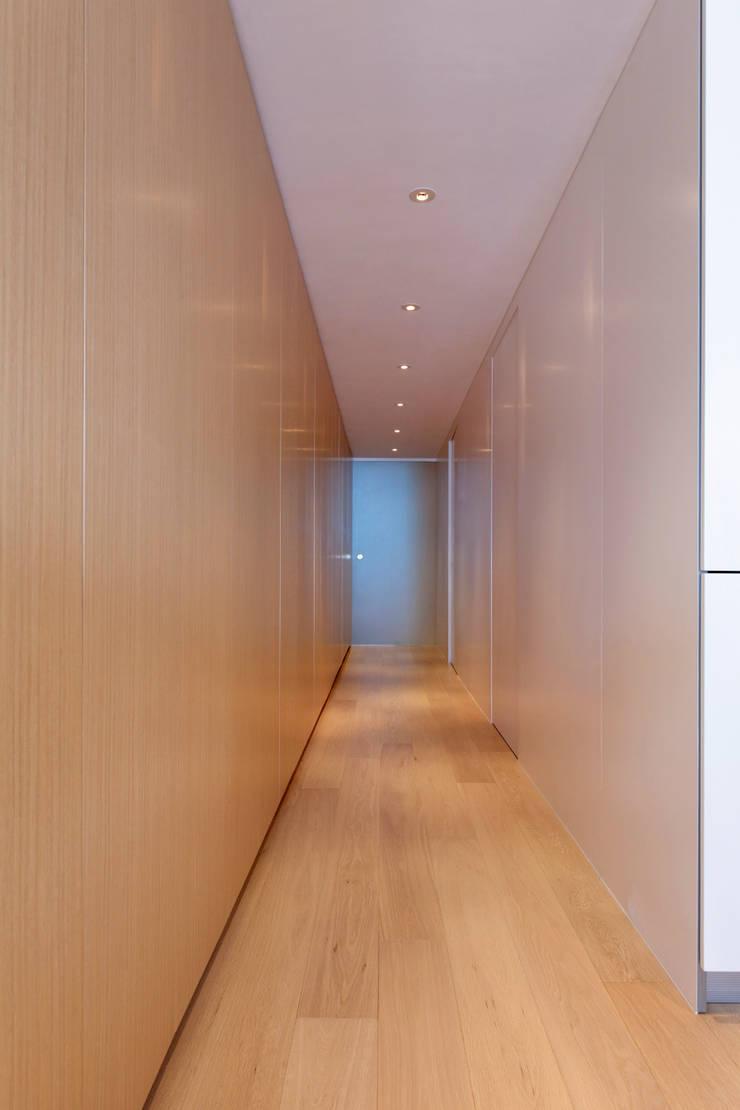 MJ's RESIDENCE:  Corridor & hallway by arctitudesign, Minimalist