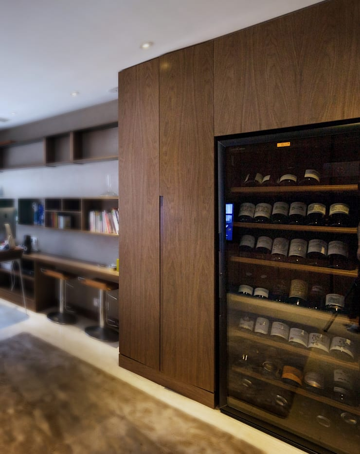 LP's RESIDENCE :  Wine cellar by arctitudesign