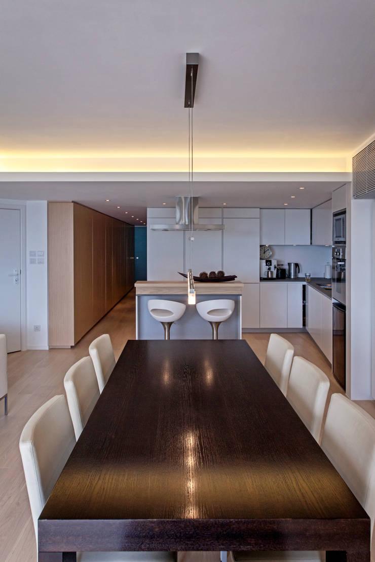 MJ's RESIDENCE:  Dining room by arctitudesign, Minimalist