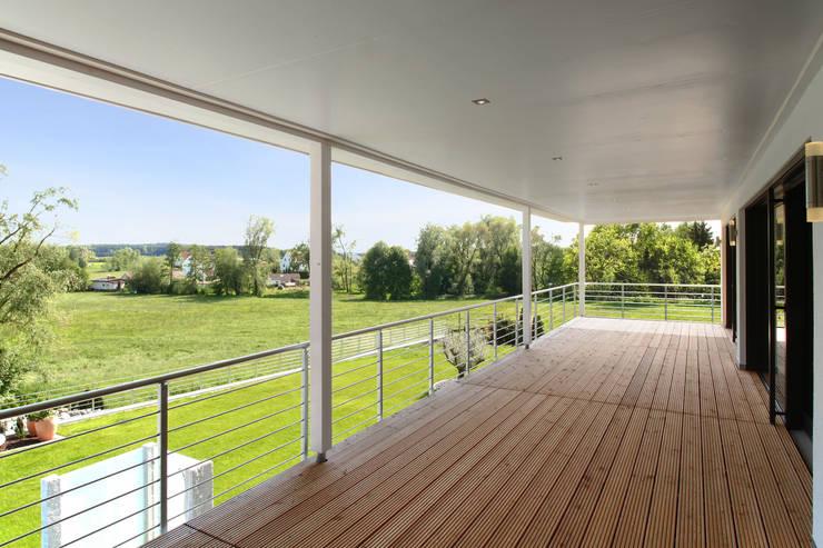 Überdachter Balkon:  Terrasse von Bau-Fritz GmbH & Co. KG
