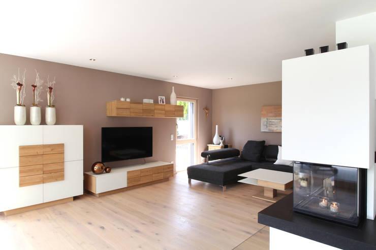 Wohnbereich mit Kamin:  Wohnzimmer von Bau-Fritz GmbH & Co. KG