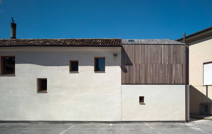 Casa Fiera: Case in stile in stile Moderno di Massimo Galeotti Architetto