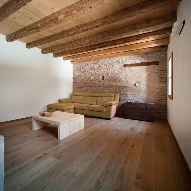 Casa Fiera: Soggiorno in stile in stile Moderno di Massimo Galeotti Architetto
