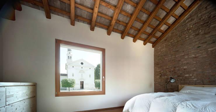 Casa Fiera: Camera da letto in stile in stile Moderno di Massimo Galeotti Architetto