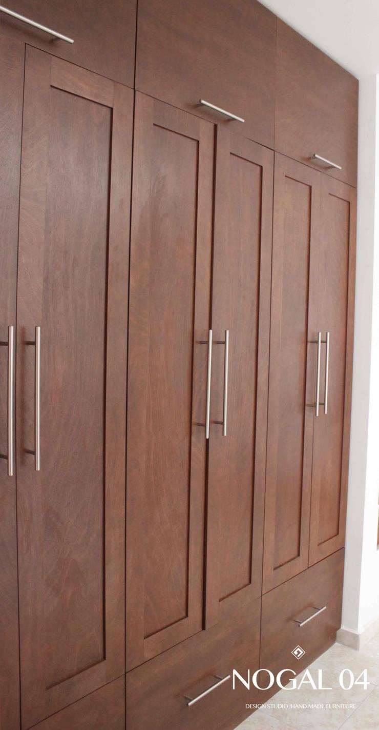 """Closet de """"Blancos"""": Vestidores y closets de estilo  por Nogal 04"""