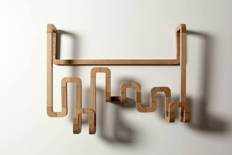 Porte Manteau Coudes C34 L12: Maison de style  par ARCA (Atelier de Recherche et de Création en Ameublement)