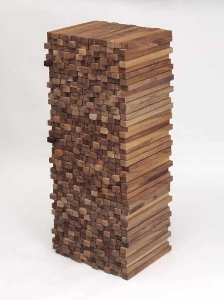 WOODEN HEAP – Boris Dennler: Maison de style  par ARCA (Atelier de Recherche et de Création en Ameublement)