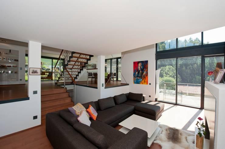 Salas de estilo moderno por Bau-Fritz GmbH & Co. KG