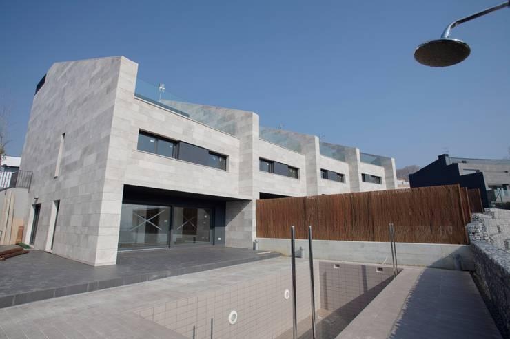 4 VIVIENDAS ADOSADAS EN BELOSO ALTO (Navarra): Hogar de estilo  de TALLER VERTICAL Arquitectura + Interiorismo