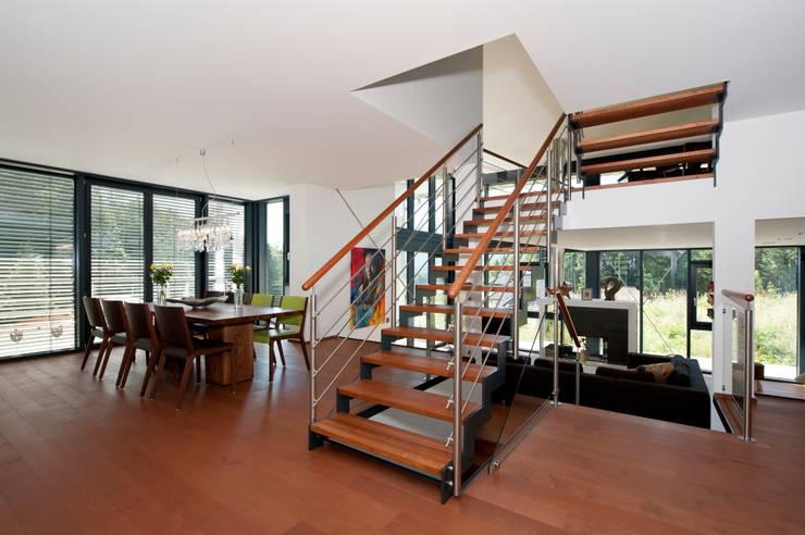 Corredor, vestíbulo e escadas  por Bau-Fritz GmbH & Co. KG