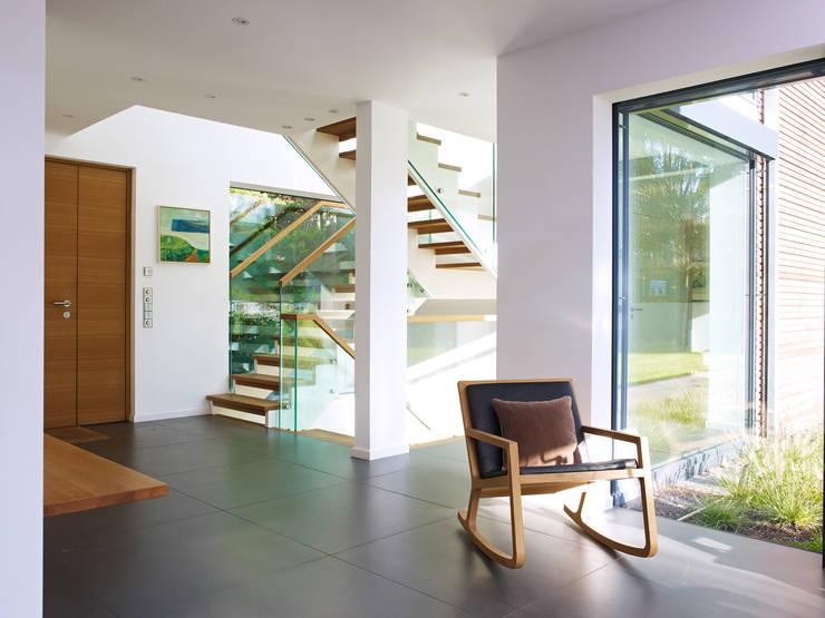 Eingangsbereich: modern  von Bau-Fritz GmbH & Co. KG,Modern