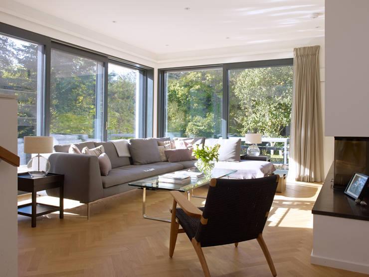 Wohnbereich mit Kamin: modern  von Bau-Fritz GmbH & Co. KG,Modern
