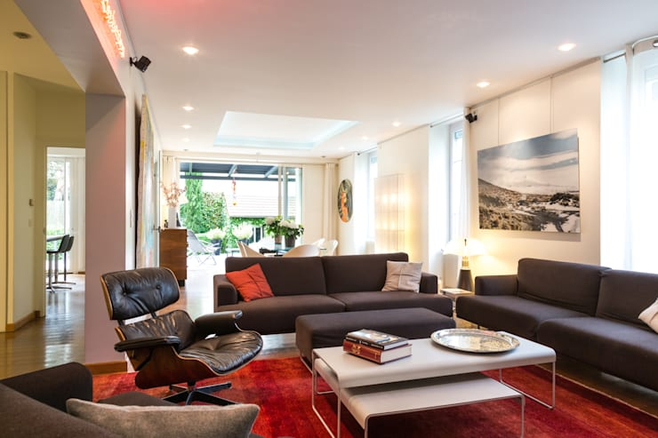 Un écrin pour oeuvres d'art: Salon de style  par Agence d'architecture intérieure Laurence Faure