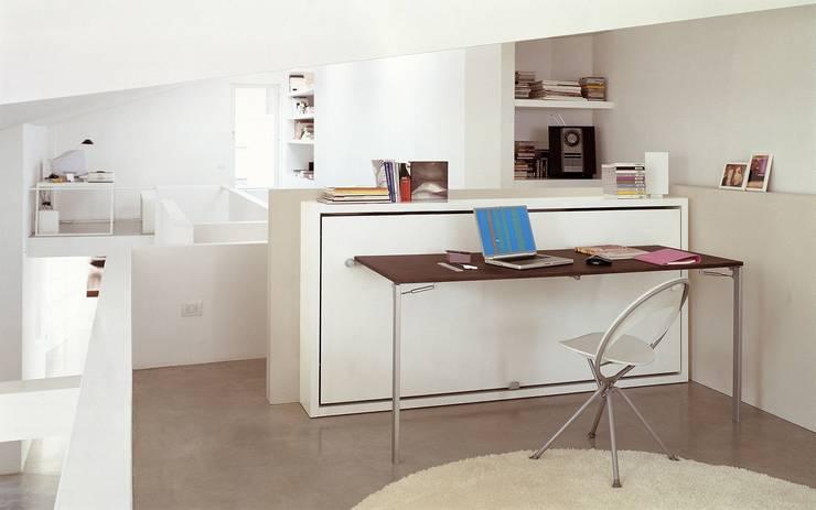 Schrankbett & Tisch Poppi Desk: minimalistische Wohnzimmer von Wohnstation