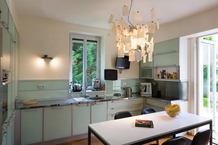 Un écrin pour oeuvres d'art: Cuisine de style  par Agence d'architecture intérieure Laurence Faure