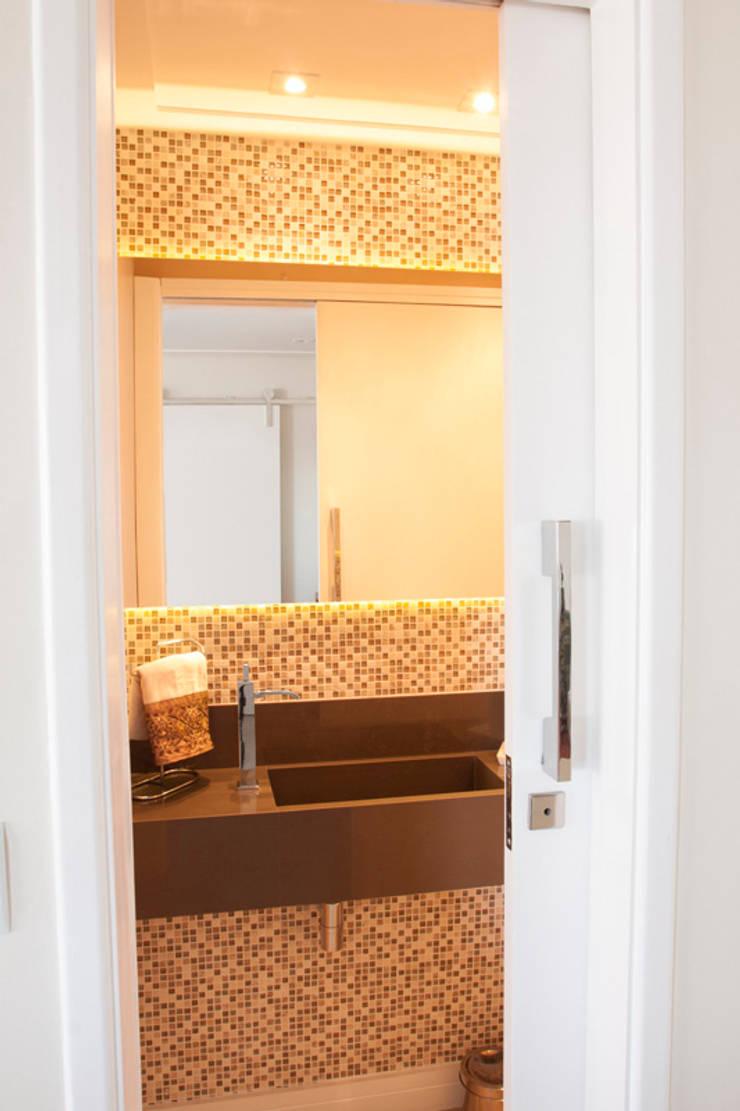 Apartamento Ipiranga I: Banheiros  por Erica Souza Interiores,