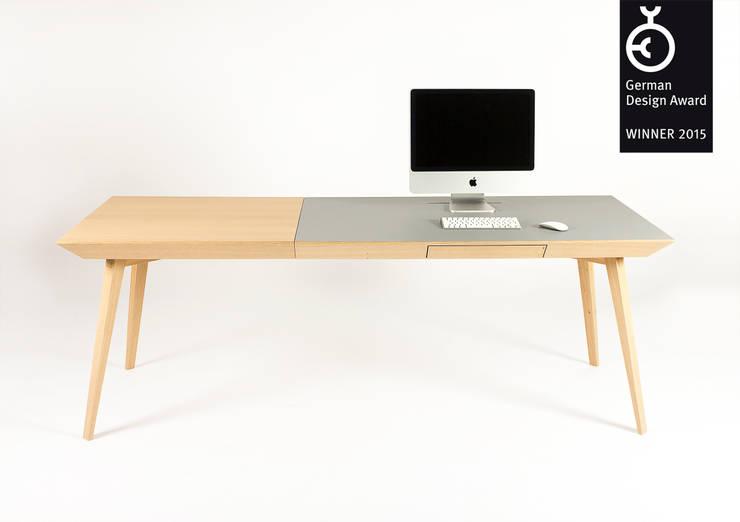 Altius Schreibtisch: moderne Arbeitszimmer von zweigespann – Atelier für Gestaltung