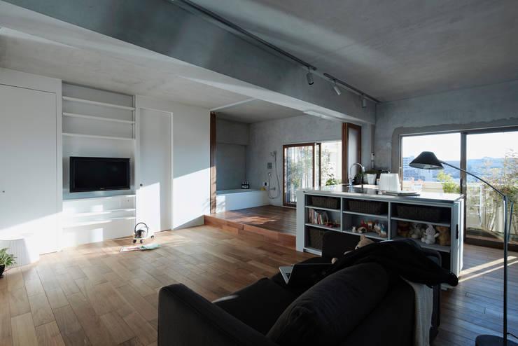 リビングと連続するバスルーム: Takeshi Shikauchi Architect Office/鹿内健建築事務所が手掛けた家です。,