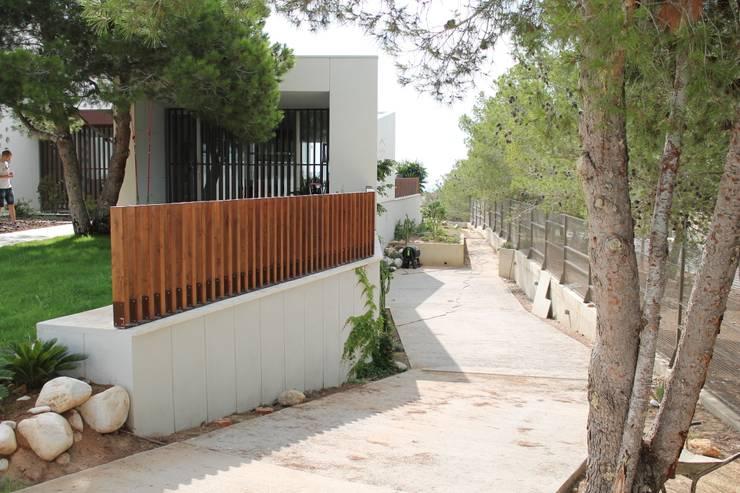 BYR_PARCELA_02: Casas de estilo  de miguel cosín