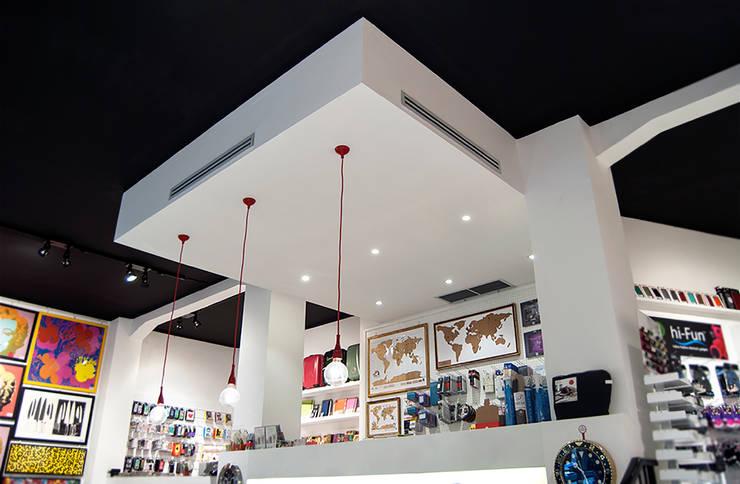 Arion Store – Interior & Furniture Design by Studio Algoritmo: Negozi & Locali commerciali in stile  di Studio Algoritmo, Minimalista