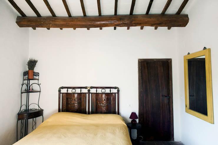 Tenuta Il Molinetto_Home Staging: Camera da letto in stile  di ArchEnjoy Studio , Rustico