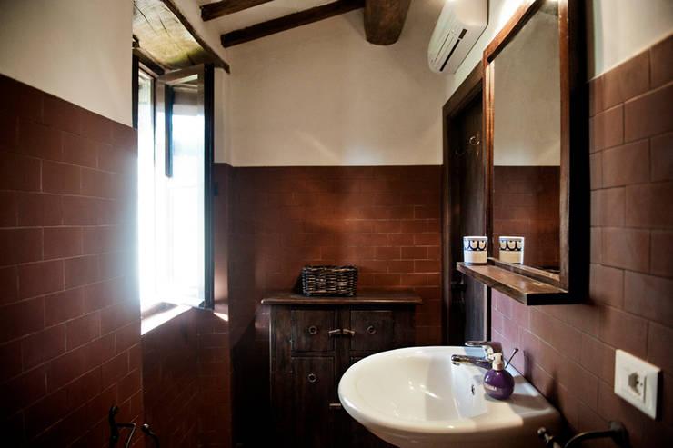 Tenuta Il Molinetto_Home Staging: Bagno in stile  di Archenjoy - Studio di Architettura -