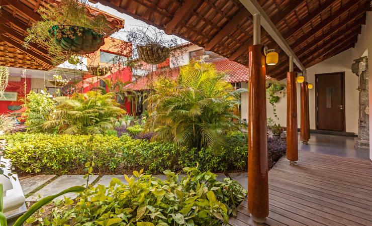 Jardines de estilo  por Kumar Moorthy & Associates