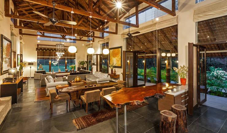 G Farm House:  Living room by Kumar Moorthy & Associates