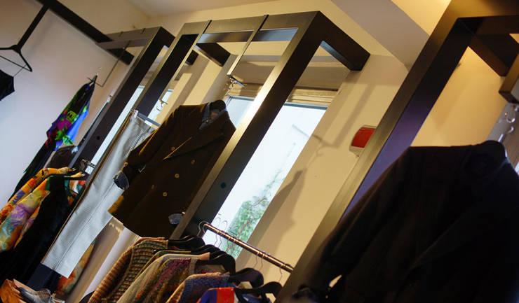Retrò vintage clothing and accessories: Negozi & Locali commerciali in stile  di ZETAE Studio