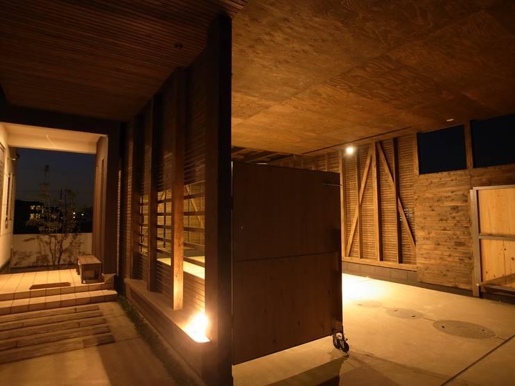 Garagens e arrecadações  por オオハタミツオ建築設計事務所