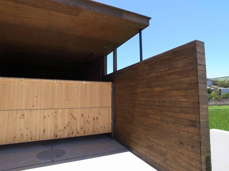 y Garage クラシックデザインの ガレージ・物置 の オオハタミツオ建築設計事務所 クラシック