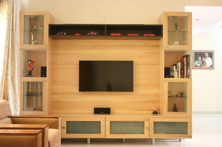 family room , tv unit:   by Innover Interior Designs