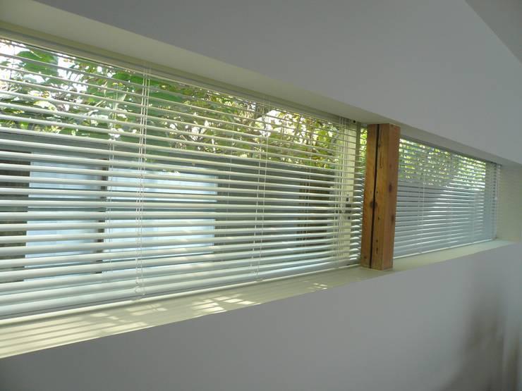 和歌浦の家: オオハタミツオ建築設計事務所が手掛けた窓です。