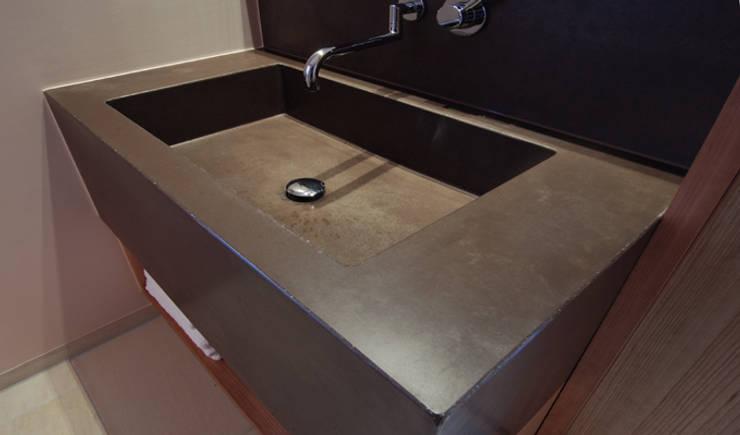 Betonwaschbecken: modern  von material raum form,Modern