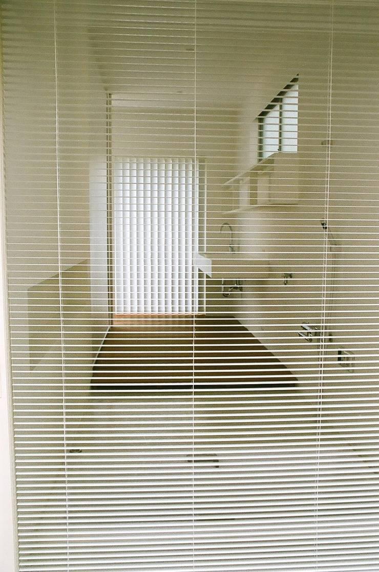和歌浦の家: オオハタミツオ建築設計事務所が手掛けた浴室です。