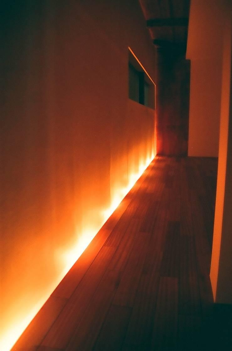 和歌浦の家: オオハタミツオ建築設計事務所が手掛けた寝室です。
