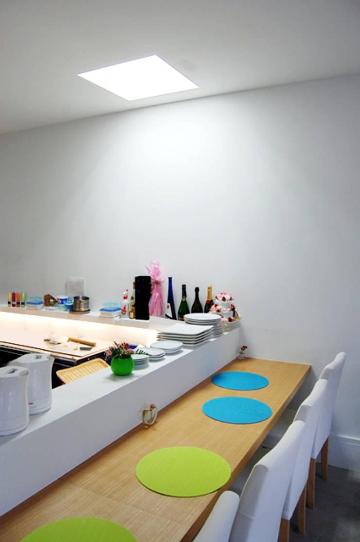 i cafe: オオハタミツオ建築設計事務所が手掛けた壁です。,