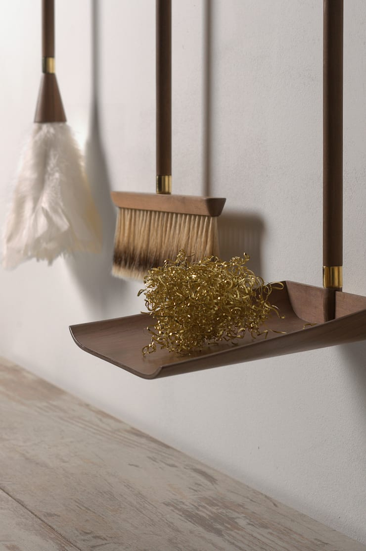Parvenu – Cleaning kit for enriched people:  in stile  di Marco Napoli Designer, Classico