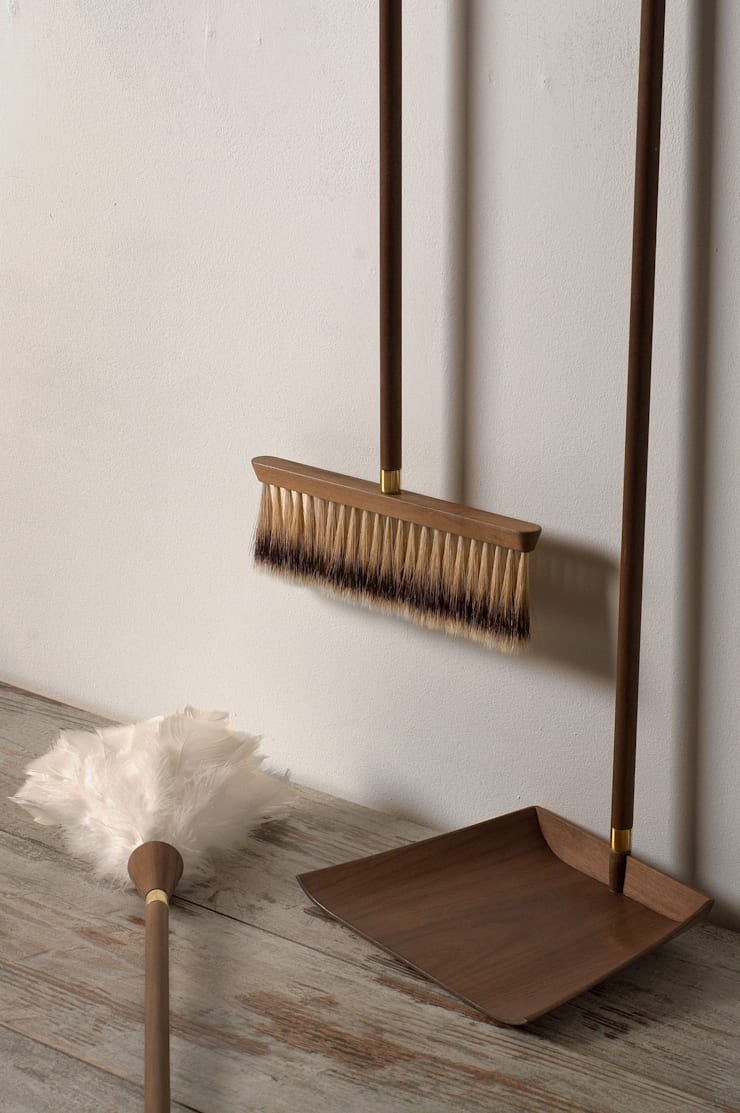 Parvenu - Cleaning kit for enriched people:  in stile  di Marco Napoli Designer, Classico