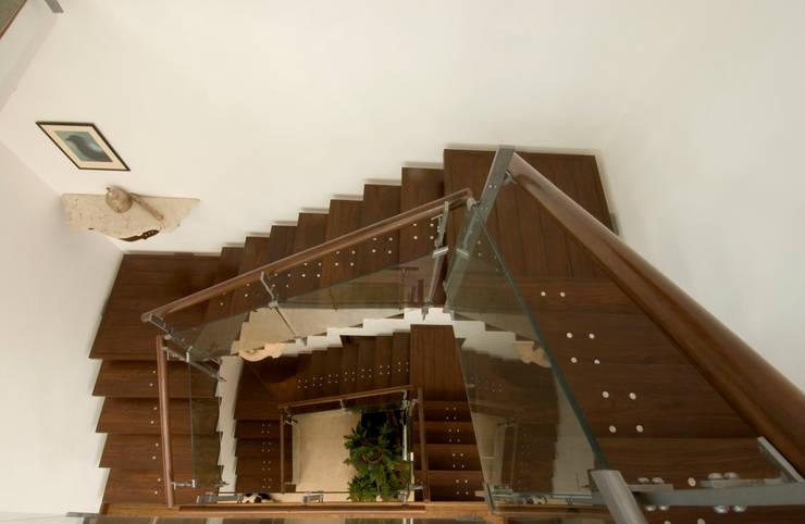 Casas de estilo moderno por Kumar Moorthy & Associates