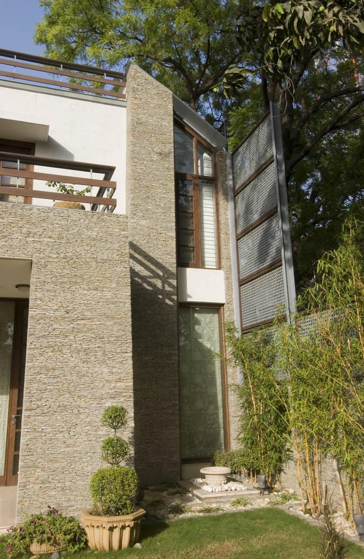 B Residence :  Houses by Kumar Moorthy & Associates