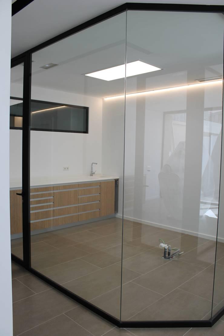 Gabinete pasillo/esquina: Clínicas de estilo  de miguel cosín