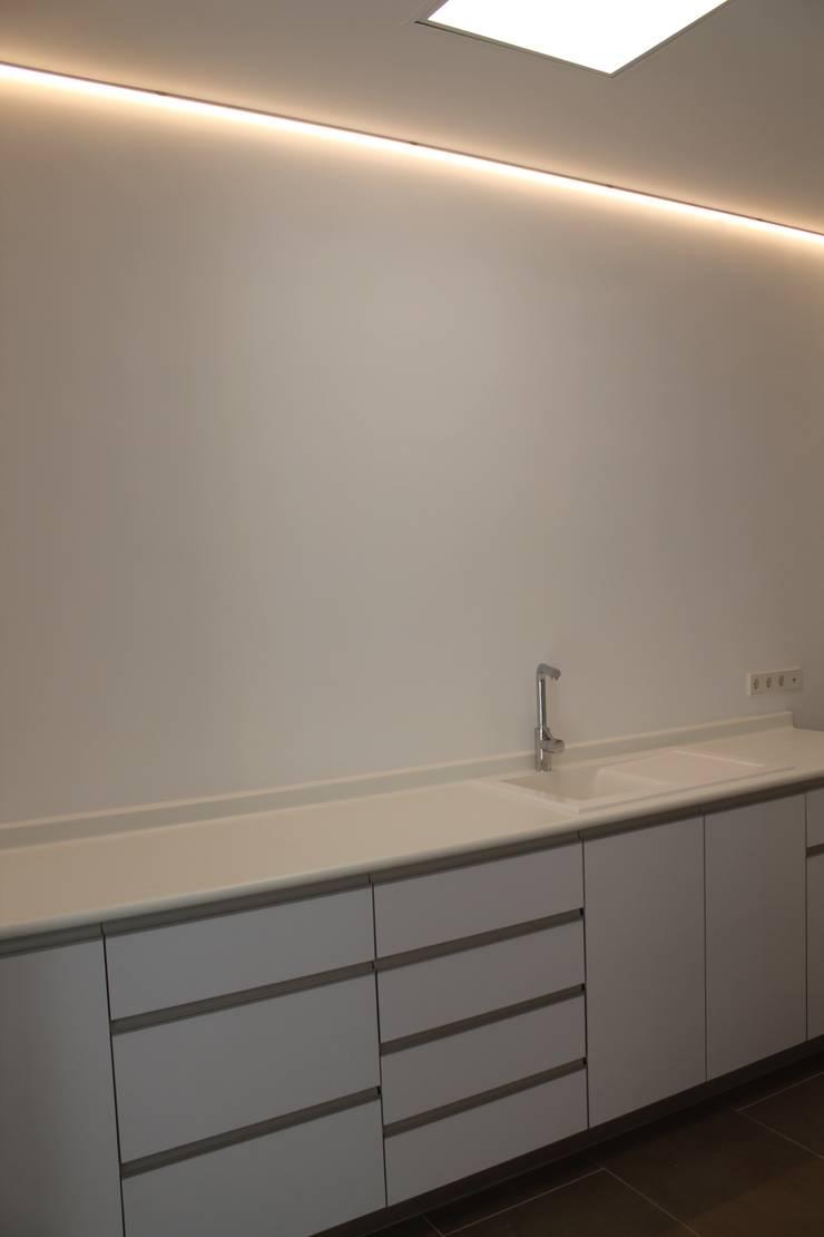 Sala de esterilización/laboratorio: Clínicas de estilo  de miguel cosín