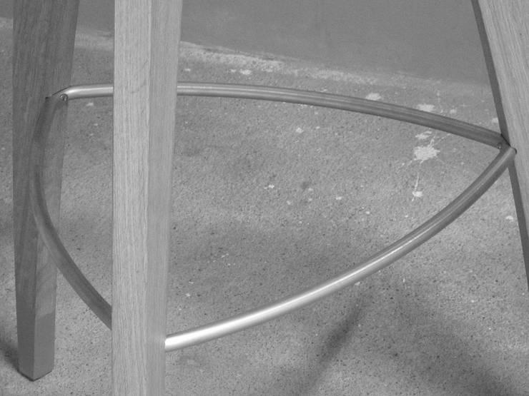 Lucky, Prototype, Détail du repose pied: Cuisine de style  par Atelier Gildas