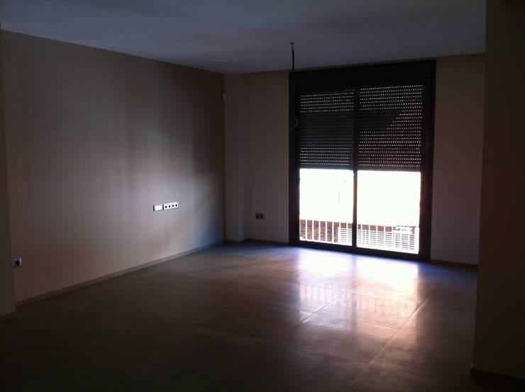 SALON PAVIMENTO GRES 80X80: Casas de estilo  de miguel cosín