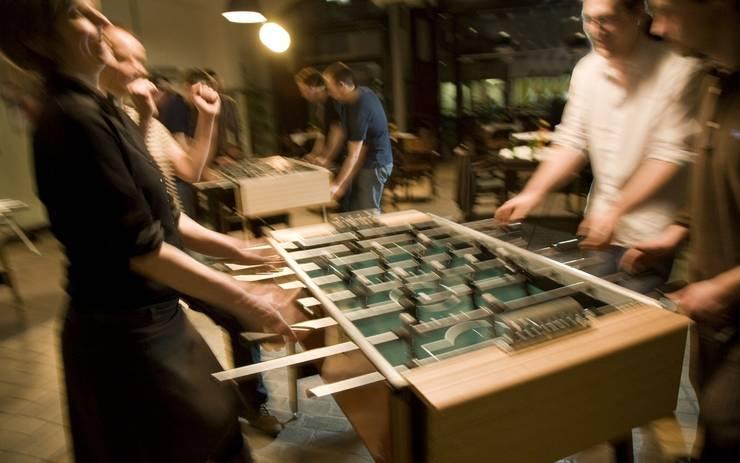 Spiel & Turnier: moderne Wohnzimmer von Flix GmbH